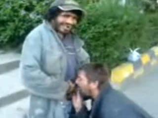 Homem Chupando Rola do Mendigo na Rua