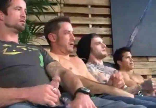 Homens Tocando Punheta Juntos na Masturbação Coletiva