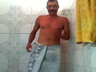 Pedreiro Tomando Banho e Socando uma Bronha