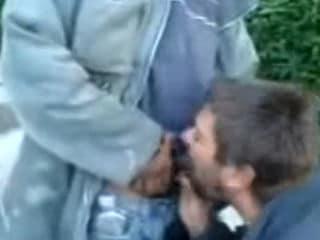 Sexo Gay Latino com Homem Chupando Rola do Pedinte