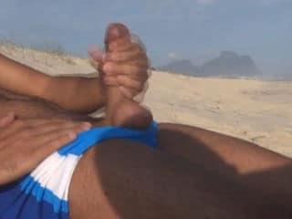 Turista Taradão Batendo uma Punheta na Praia