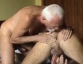 Velho se joga no chão do banheiro e fode com gayzão